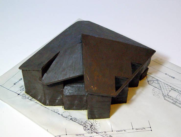 1/100のクレイモデルです。外観のイメージをとらえてもらいます。極アナログな手法です。: 加藤將己/将建築設計事務所が手掛けた家です。