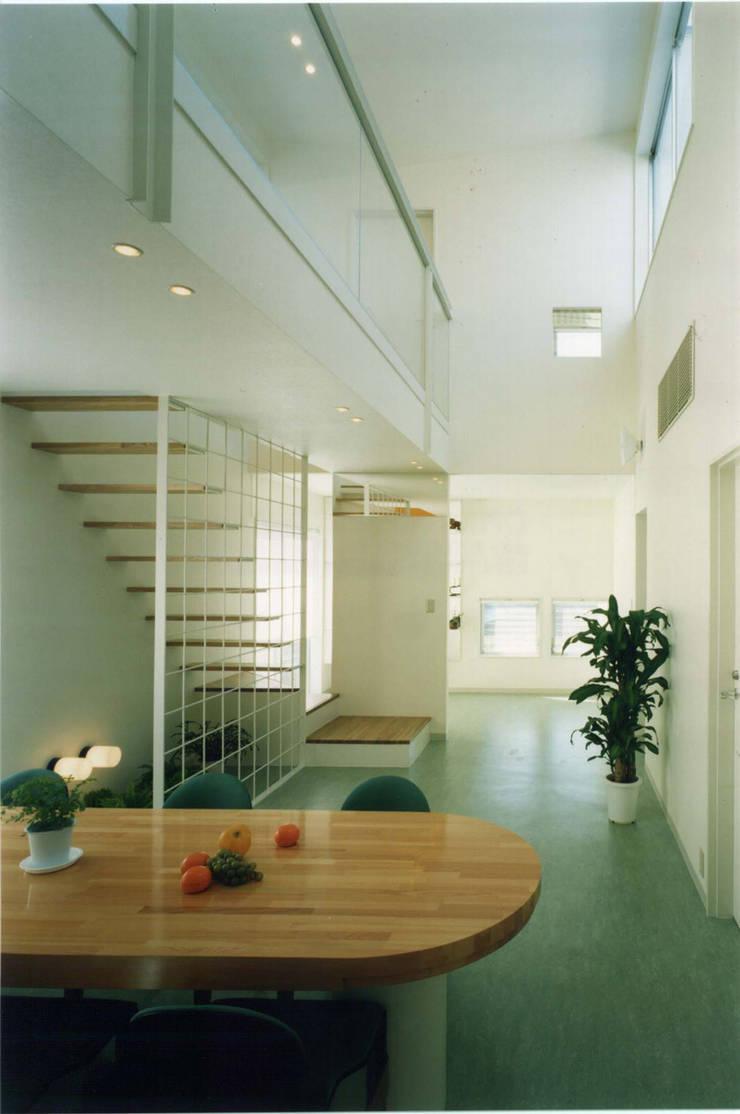 王禅寺の家: 加藤將己/将建築設計事務所が手掛けたリビングルームです。