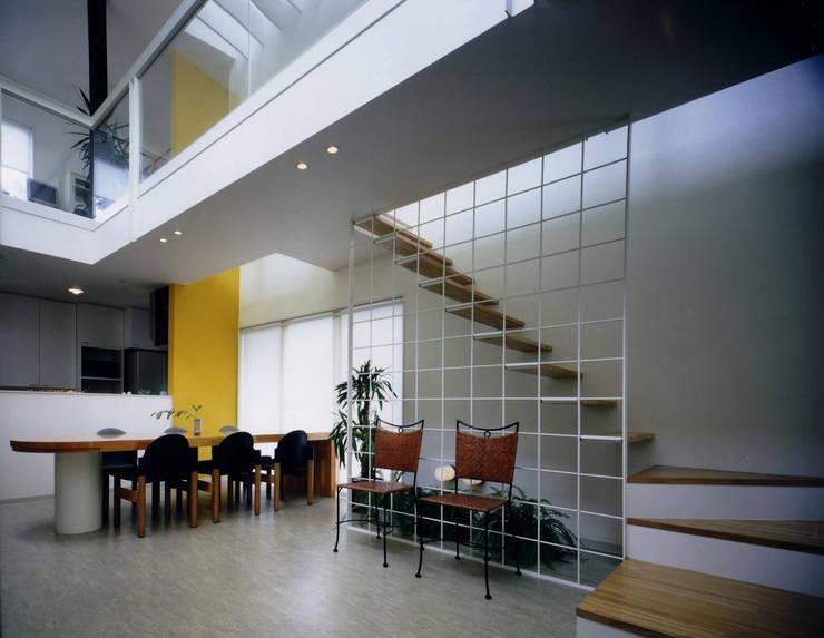 王禅寺の家: 加藤將己/将建築設計事務所が手掛けた玄関&廊下&階段です。