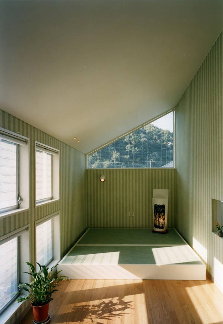 王禅寺の家: 加藤將己/将建築設計事務所が手掛けた寝室です。