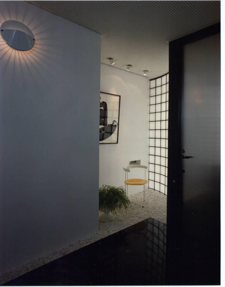 休止符の家: 加藤將己/将建築設計事務所が手掛けた玄関&廊下&階段です。