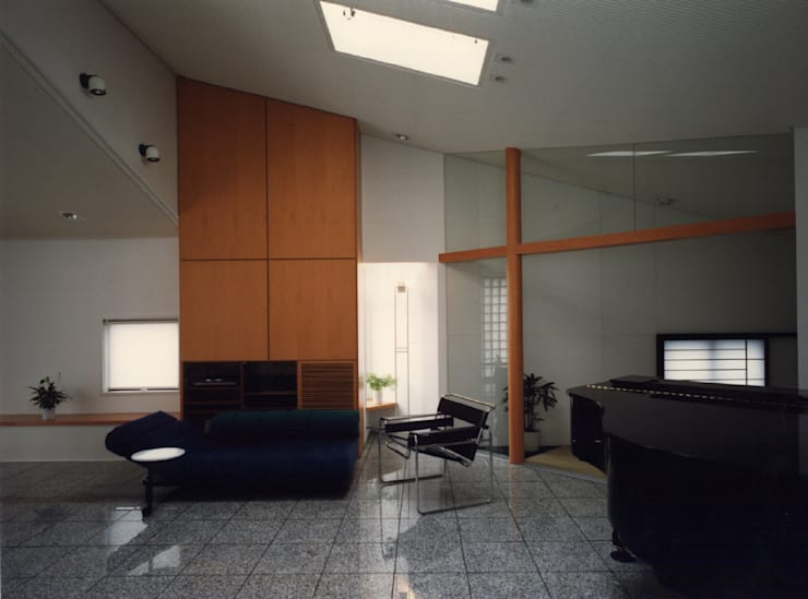 休止符の家: 加藤將己/将建築設計事務所が手掛けたリビングルームです。