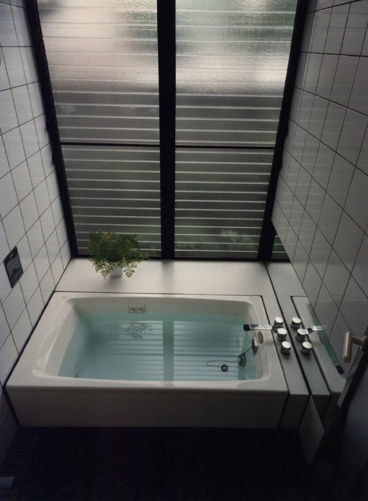 休止符の家: 加藤將己/将建築設計事務所が手掛けた洗面所&風呂&トイレです。