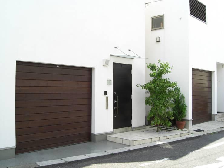 Garajes de estilo moderno por 日本ドアコーポレーション株式会社