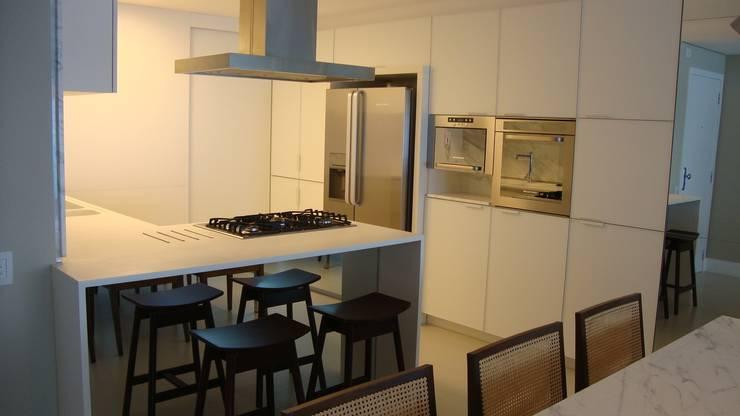 Apartamento Beira Mar: Cozinhas  por Geraldo Brognoli Ludwich Arquitetura