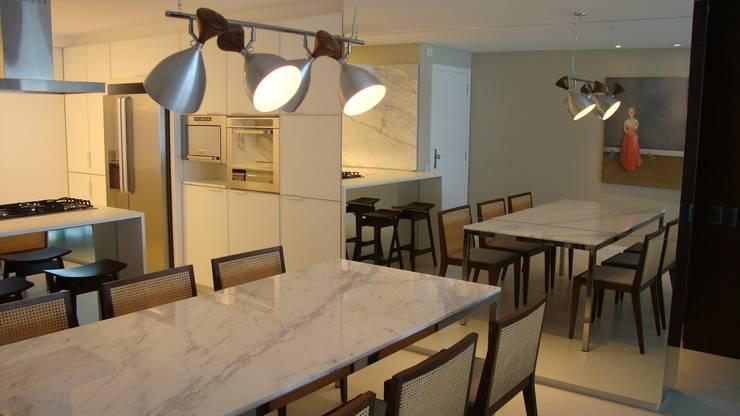 Apartamento Beira Mar: Salas de jantar  por Geraldo Brognoli Ludwich Arquitetura