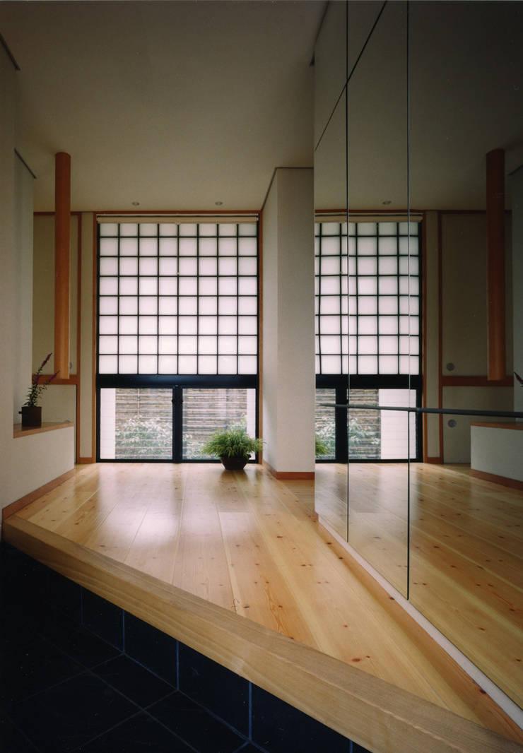 禅次丸の木のある家: 加藤將己/将建築設計事務所が手掛けた玄関&廊下&階段です。
