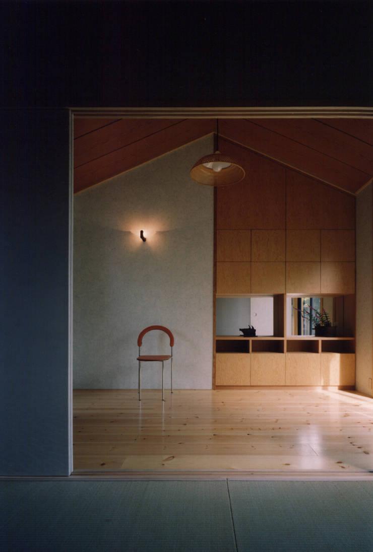 禅次丸の木のある家: 加藤將己/将建築設計事務所が手掛けた寝室です。