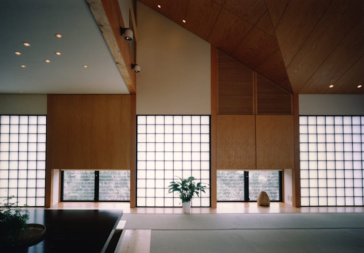 禅次丸の木のある家: 加藤將己/将建築設計事務所が手掛けたリビングルームです。