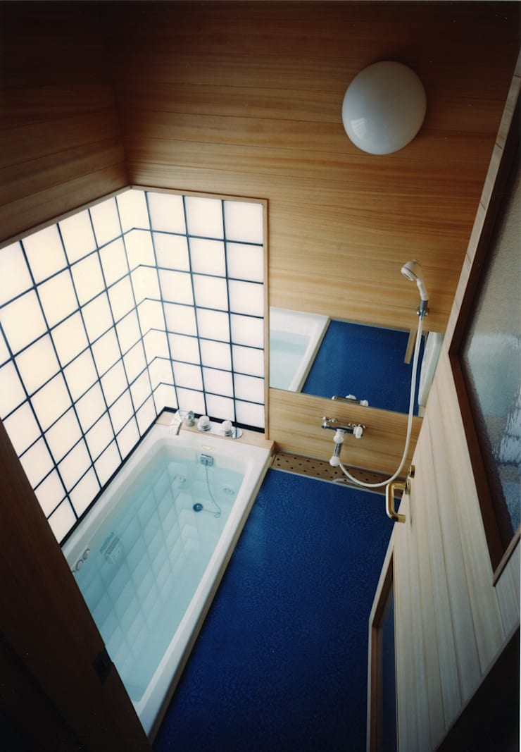 禅次丸の木のある家: 加藤將己/将建築設計事務所が手掛けた洗面所&風呂&トイレです。