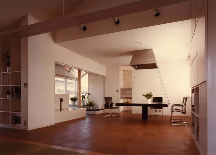 府中の家: 加藤將己/将建築設計事務所が手掛けたリビングルームです。