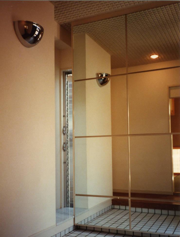 府中の家: 加藤將己/将建築設計事務所が手掛けた玄関&廊下&階段です。