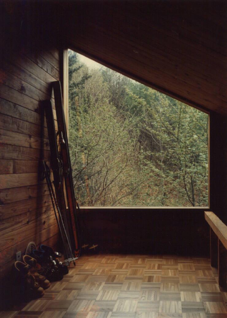 山荘あっかっか: 加藤將己/将建築設計事務所が手掛けたインテリアランドスケープです。