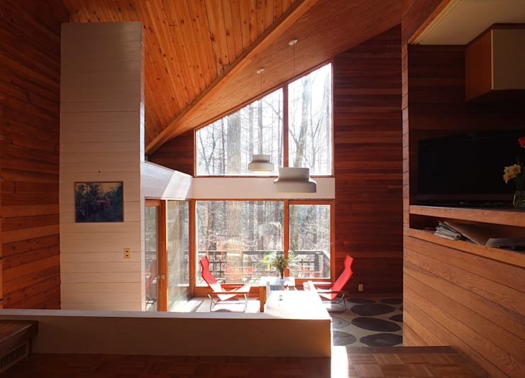 山荘あっかっか: 加藤將己/将建築設計事務所が手掛けたリビングルームです。
