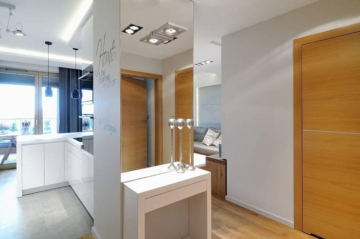 Beton udomowiony – czyli nowoczesne mieszkanie w Krakowie.: styl , w kategorii Korytarz, przedpokój zaprojektowany przez ARTEMA  PRACOWANIA ARCHITEKTURY  WNĘTRZ