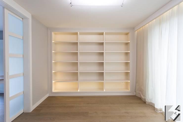 Meble na wymiar do apartamentu na warszawskiej Ochocie: styl , w kategorii Salon zaprojektowany przez 3TOP