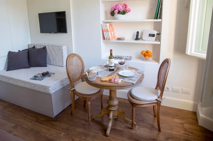 Ciompi Small House: Soggiorno in stile  di Patrizia Massetti