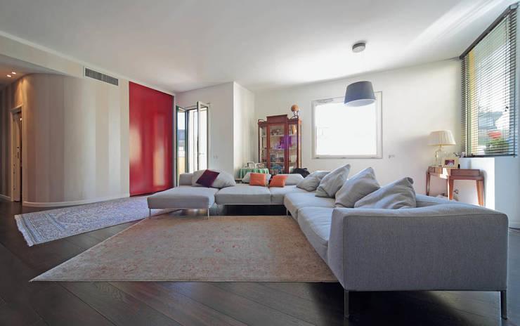 Italian Family: Soggiorno in stile in stile Moderno di ristrutturami