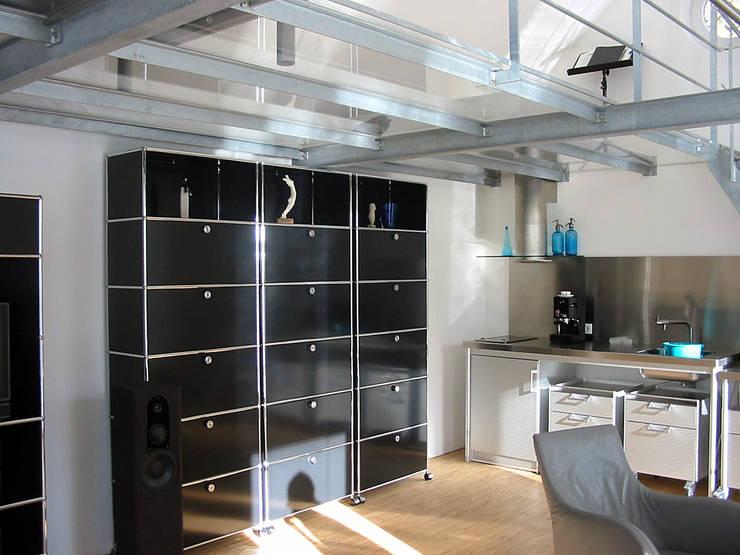 Blick vom Wohnraum zur Küchenzeile: moderne Küche von Matthias Bruder, Architekt