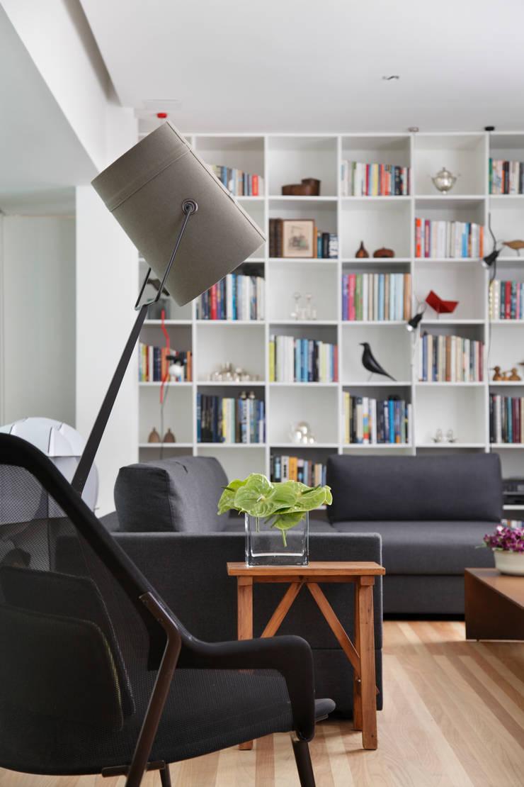 Apartamento Ipanema: Salas de estar  por andre piva arquitetura,Moderno