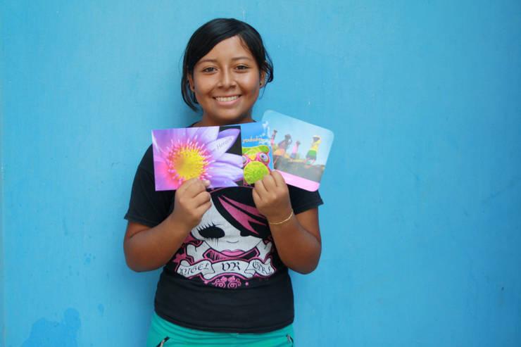 FairMail fotografe Yomira (18) laat haar fair trade kaarten zien.:   door FairMail, Tropisch