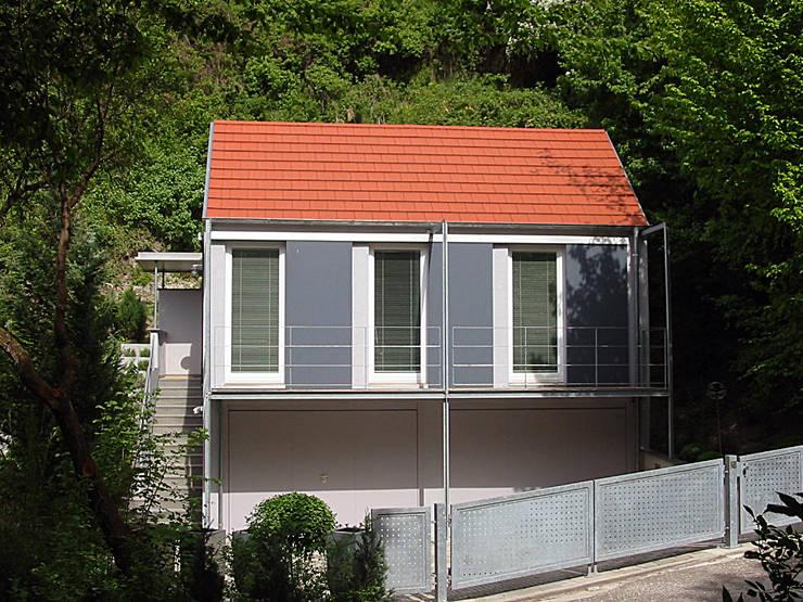 Ansicht von Osten: moderne Häuser von Matthias Bruder, Architekt