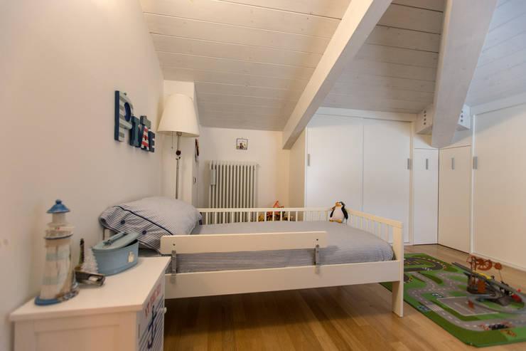 Casa G-F: Camera da letto in stile  di QUADRASTUDIO