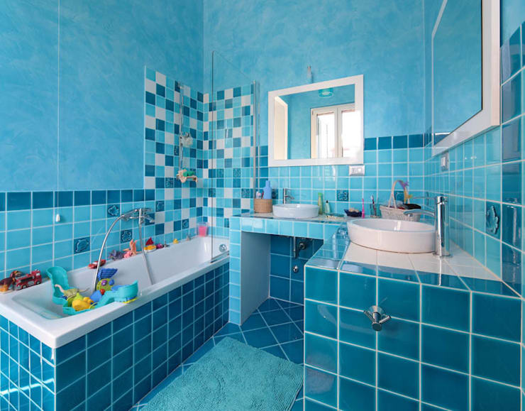 Italian Family: Bagno in stile in stile Moderno di ristrutturami