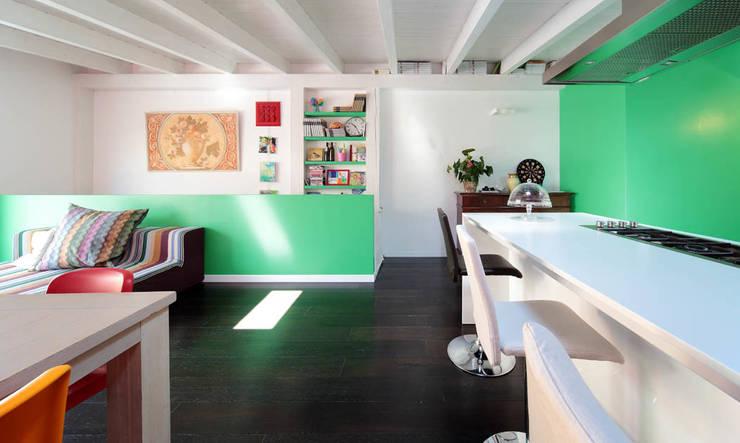 Italian Family: Cucina in stile in stile Moderno di ristrutturami