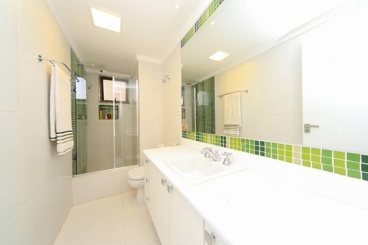 Banheiro social: Banheiros  por Item 6 Arquitetura e Paisagismo,