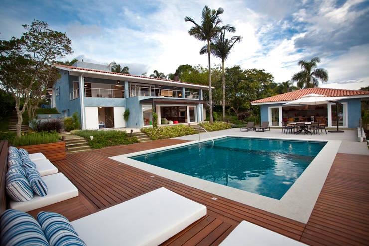 Fachada com a piscina: Piscinas  por M.Lisboa Arquitetura e Interiores,Clássico