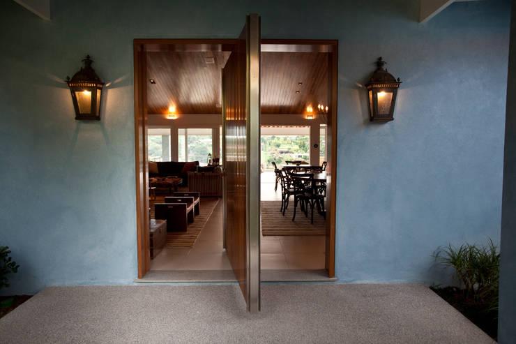 Entrada da casa: Salas de estar  por M.Lisboa Arquitetura e Interiores,Clássico