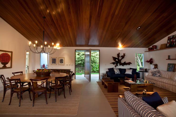 Sala de jantar / estar: Salas de estar  por M.Lisboa Arquitetura e Interiores