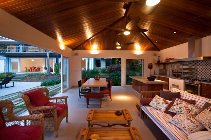 Área gourmet mostrando churrasqueira e forno de pizza: Casas  por M.Lisboa Arquitetura e Interiores,Clássico