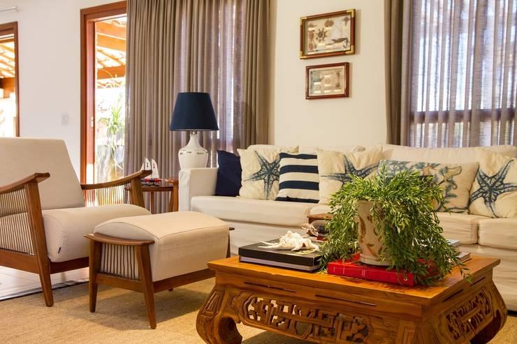 Living: Salas de estar tropicais por Jamile Lima Arquitetura
