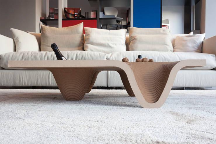 Tavolino TUCANO: Soggiorno in stile  di DUNAdesign