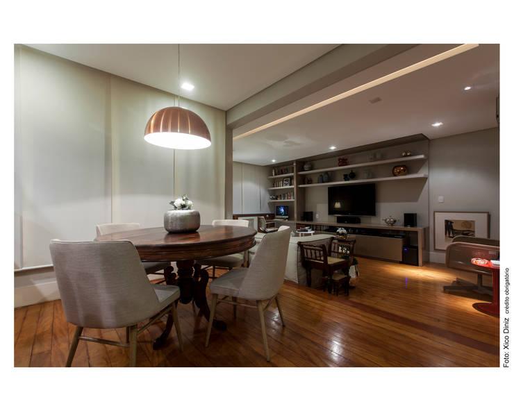 Apartamento na Barra: Salas de jantar  por Spinola+Carvalho Arquitetura