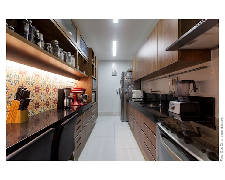Apartamento na Barra: Cozinhas  por Spinola+Carvalho Arquitetura