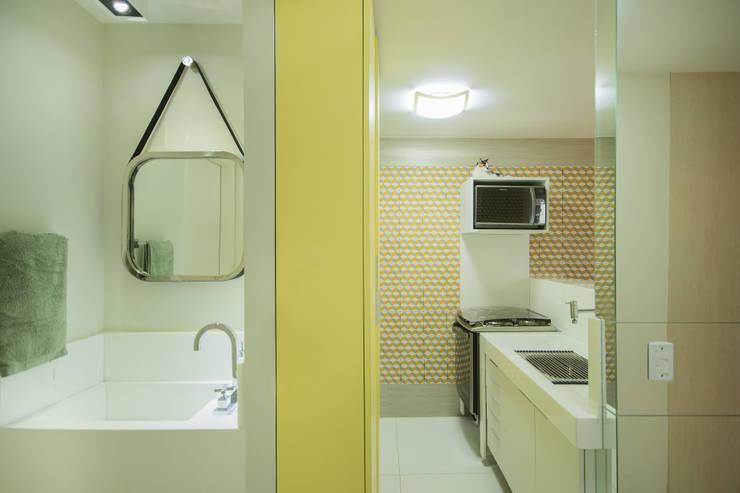 Sete Gatos em 50m²: Banheiros modernos por Fábrica Arquitetura