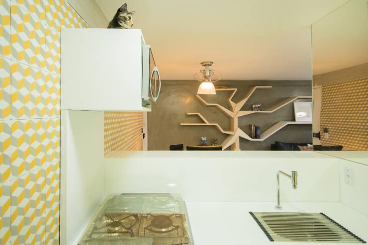 Sete Gatos em 50m²: Cozinhas modernas por Fábrica Arquitetura