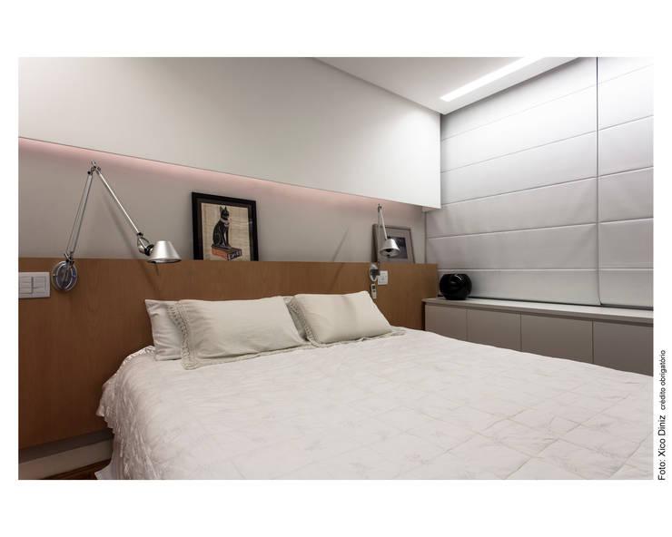 Apartamento na Barra: Quartos  por Spinola+Carvalho Arquitetura