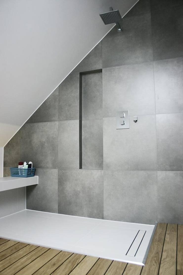 Łazienka na poddaszu: styl , w kategorii  zaprojektowany przez Projektowanie Wnętrz Suspenzo,