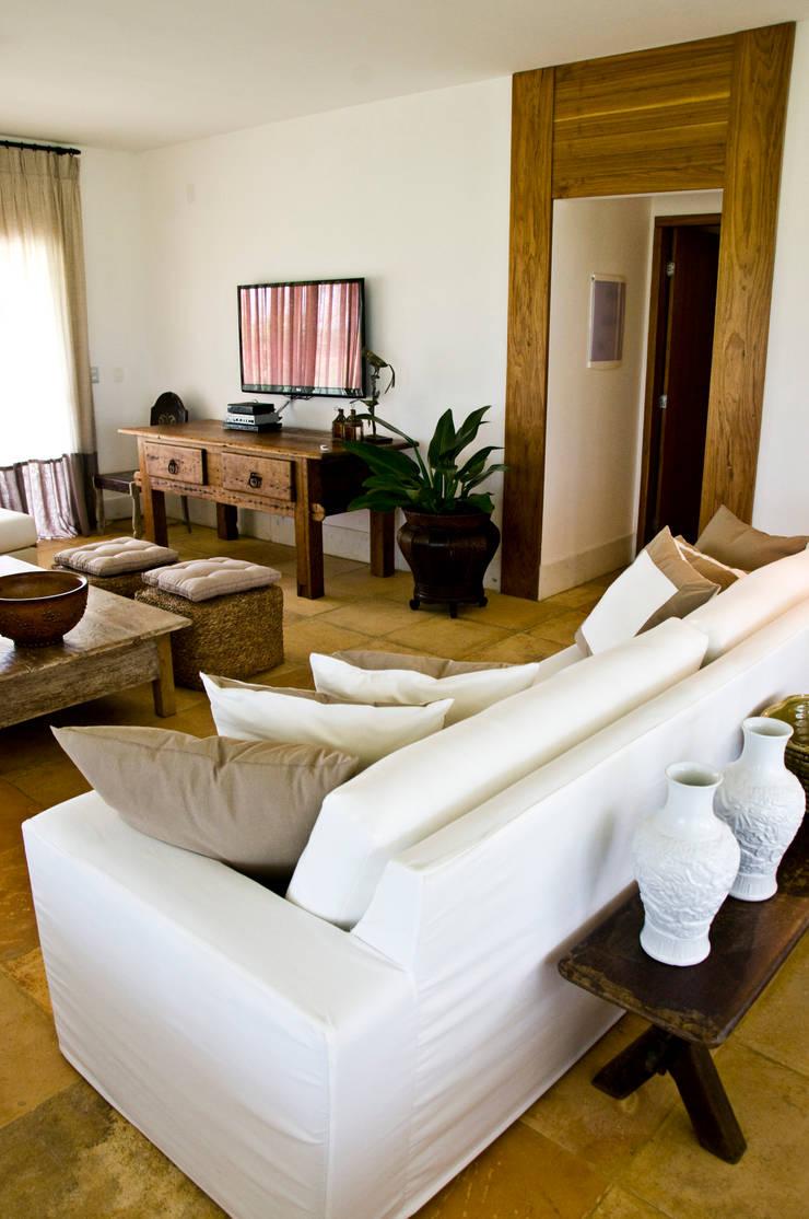CASA NA FAZENDA – RIO GRANDE DO NORTE: Salas de estar  por Renato Teles Arquitetura