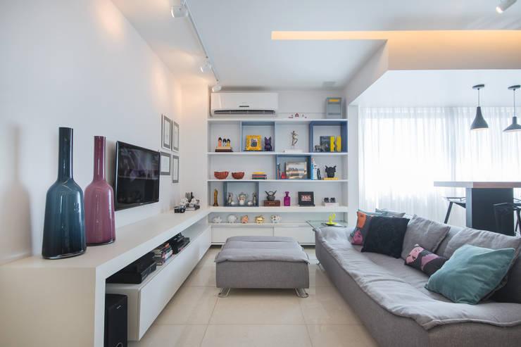 Apartamento Moderninho: Salas multimídia modernas por Fábrica Arquitetura