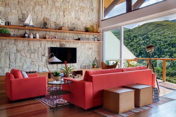 Casa Itaipava: Salas de estar campestres por sadala gomide arquitetura