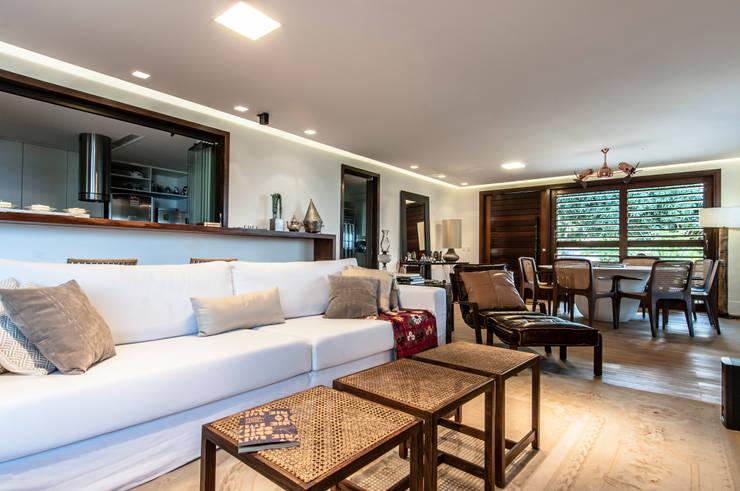 RESIDENCIA EM CONDOMINIO, NATAL RN: Salas de estar modernas por Renato Teles Arquitetura