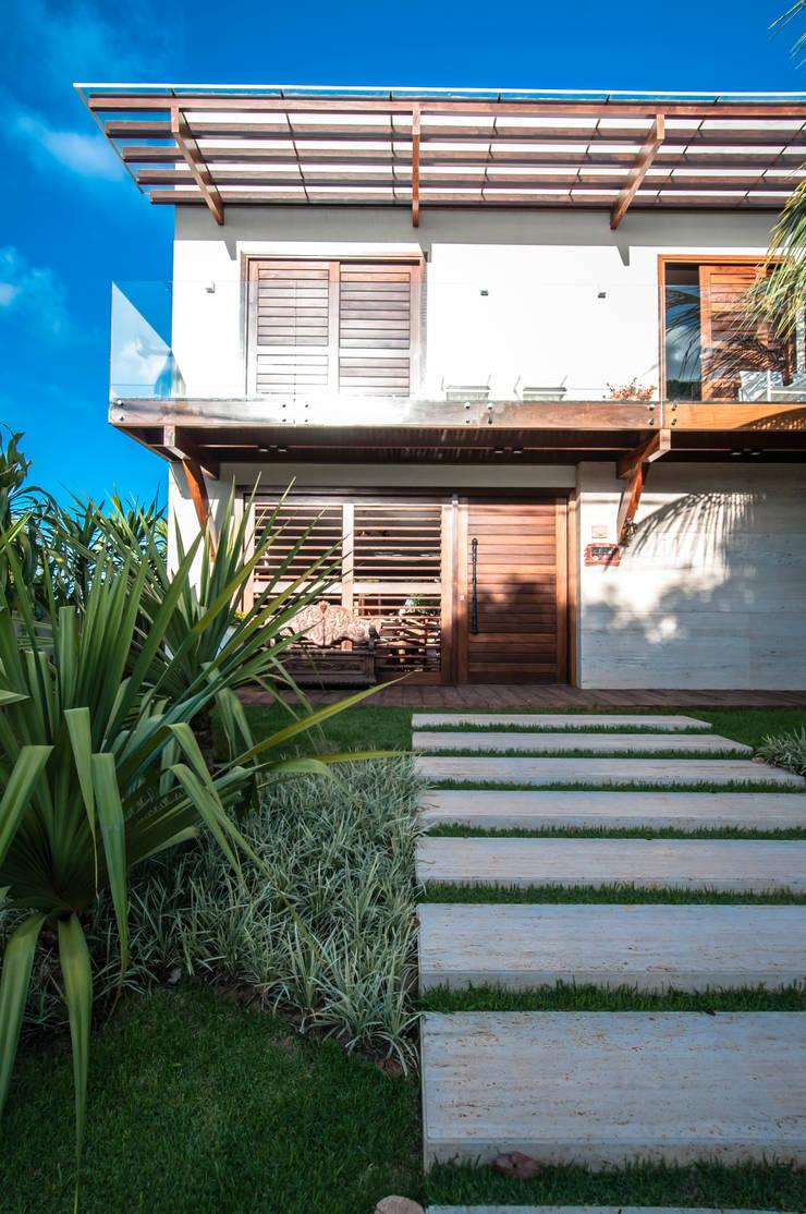 RESIDENCIA EM CONDOMINIO, NATAL RN: Casas tropicais por Renato Teles Arquitetura