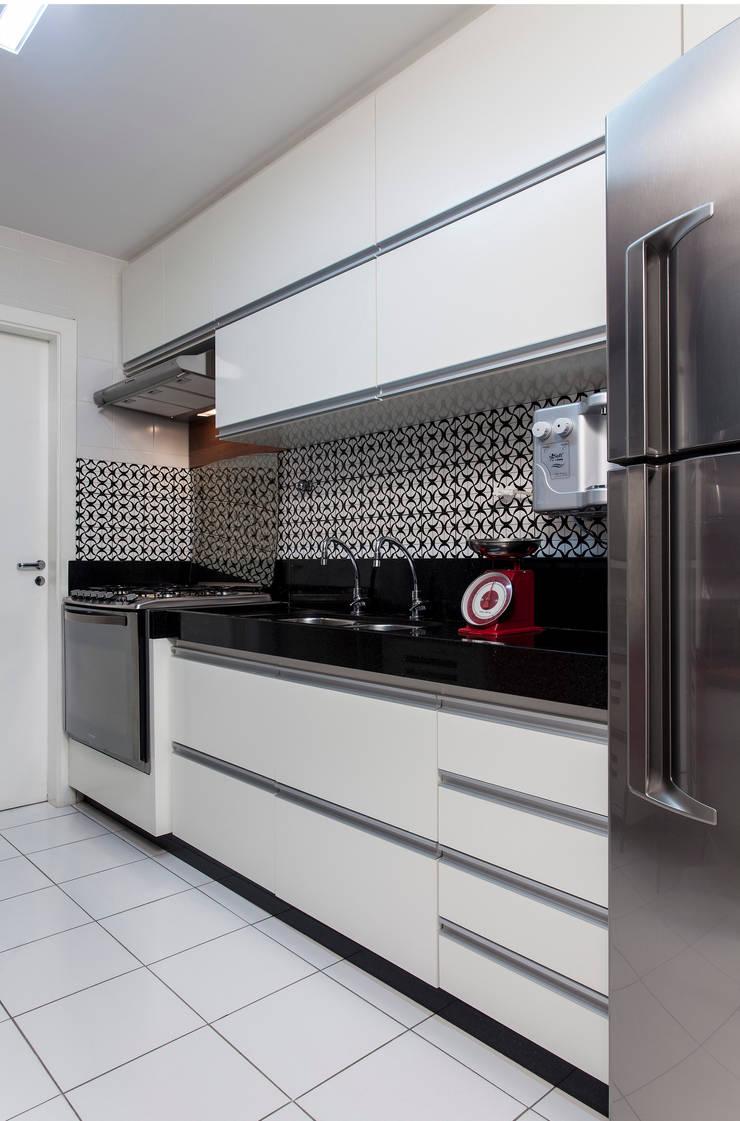 Apartamento Rio Vermelho: Cozinhas  por Spinola+Carvalho Arquitetura