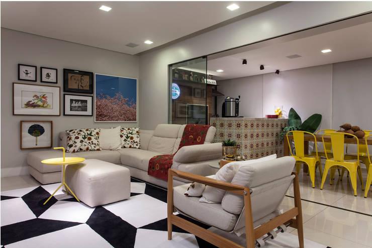 Apartamento Rio Vermelho: Salas de estar  por Spinola+Carvalho Arquitetura