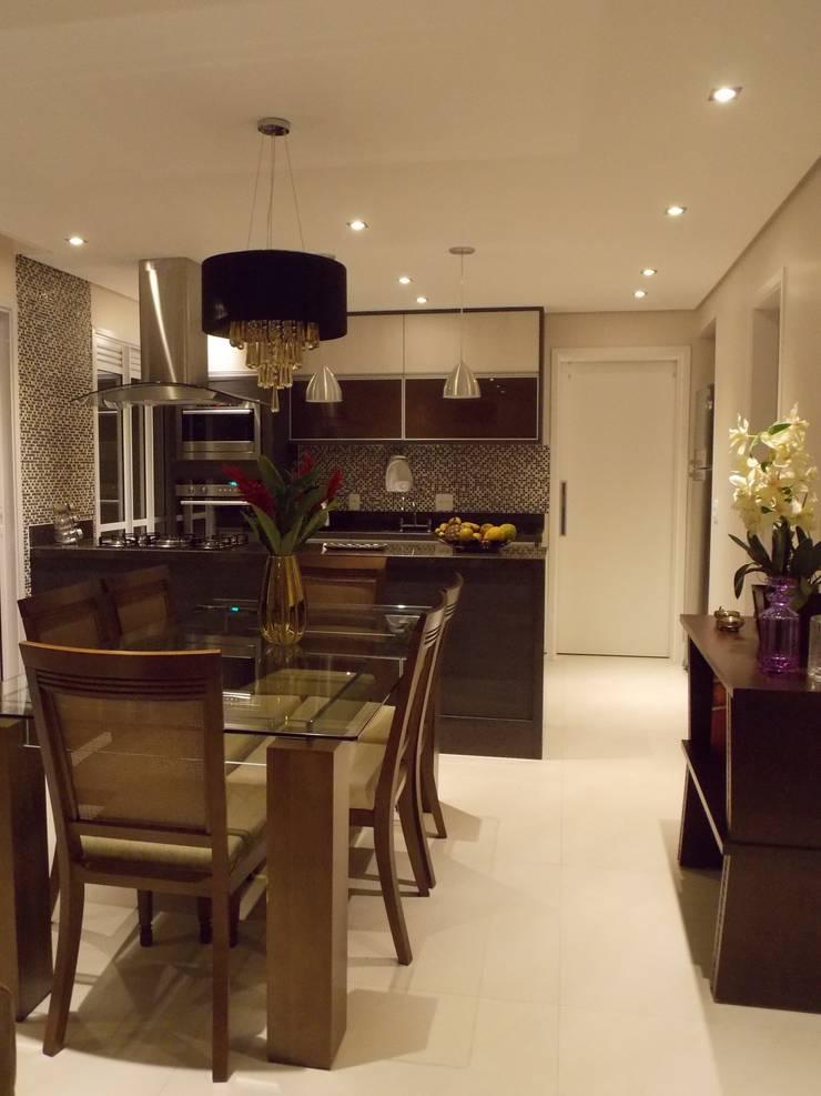 Cozinha na sala: Salas de jantar modernas por Lúcia Vale Interiores